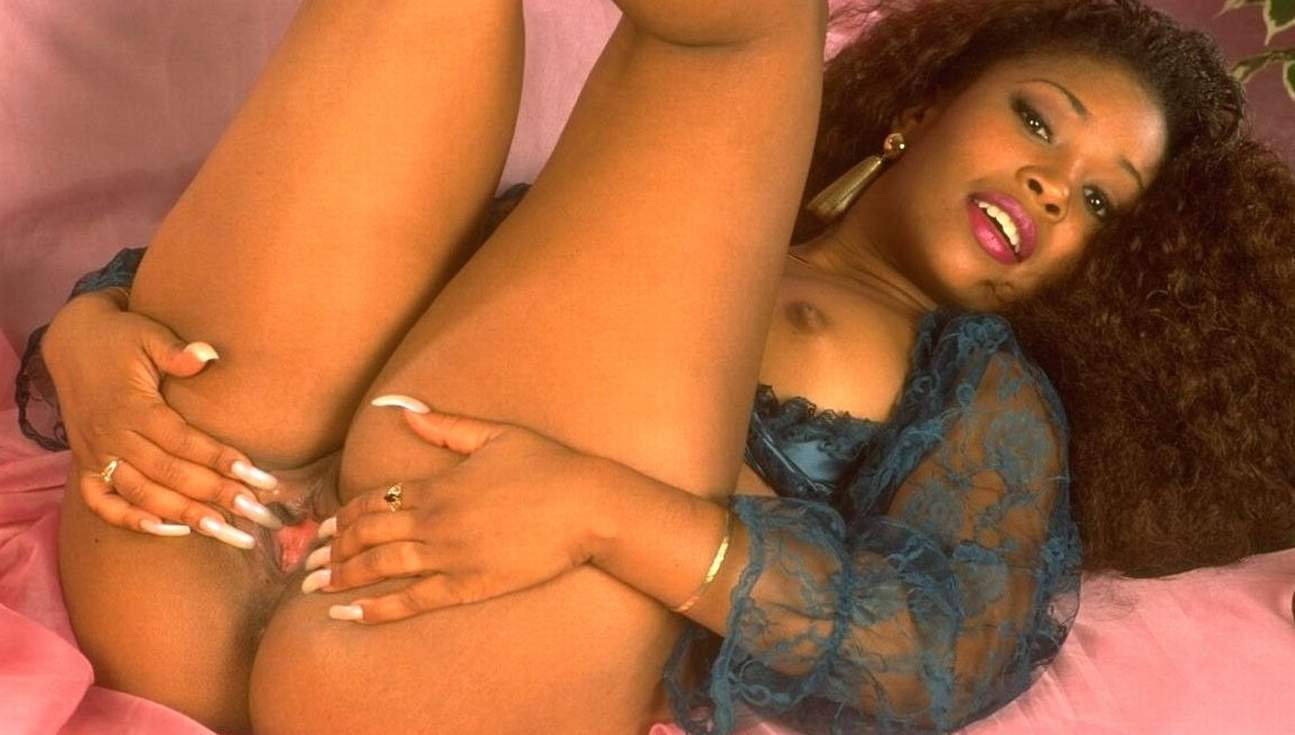 Sexy curvy black girl fucks with her shaking Booty.